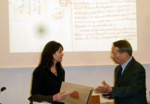 La Conservatrice du Musée reçoit deux lettres autographes des mains du président des Amis