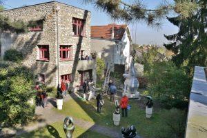 "Installation du ""Berger des Nuages"" dans son jardin"