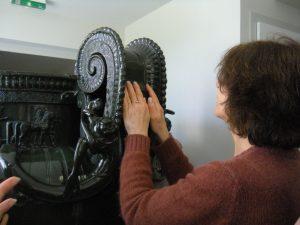 Exploration tactile des décorations du vase de Vix