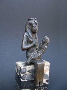 Isis allaitant Horus